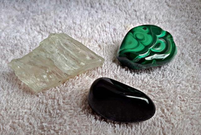 obisidan-malachit-petalit-lauradinu-parapsiholog